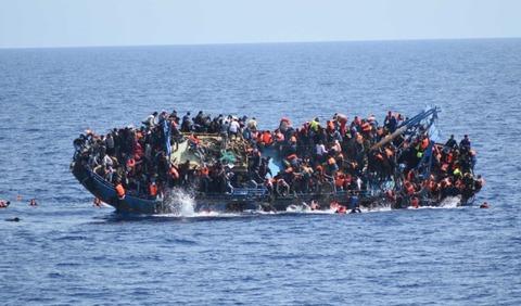 転覆する難民ボート切り取り