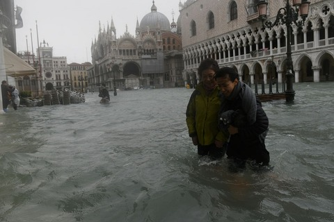 女性2人水に浸かって背景にサンマルコ寺院&宮殿800