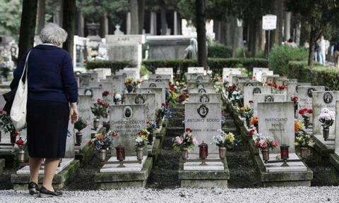 老婆花いっぱいの墓の前の