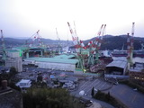 橋を越えると今治造船所