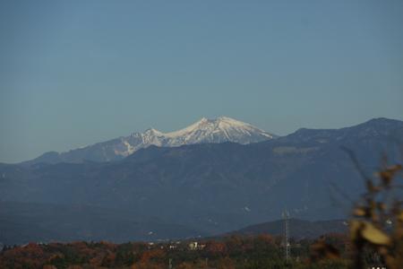 中津川から御嶽山を望む