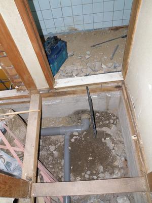 配管工事、既設トイレより取り出し