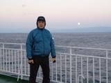 船上で沈む月
