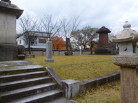 黒田長政の墓(左)