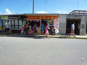 24売店前中国団体