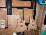 クラフトショップの木工ギター1