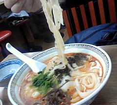 華隆餐館@伊勢佐木町 坦々刀削麺 麺を持ち上げて