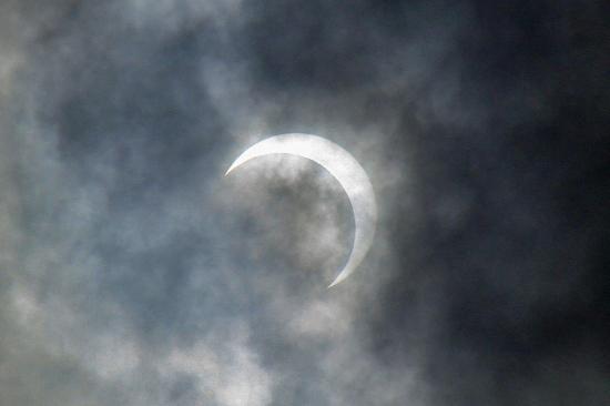 全く見れない金環日食w 03