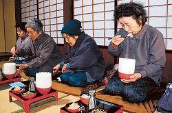 【画像あり】山盛りご飯を食べる「もっそう祭り」が開催