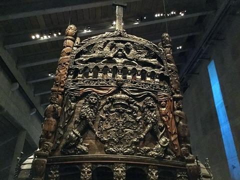 最上部のグスタフ国王頭上にグリフイン怪獣が冠を捧げ持つX