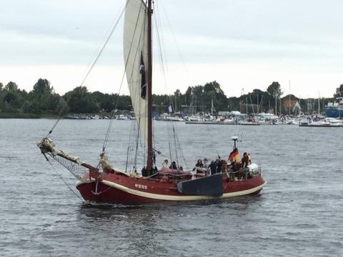 クルーズから帰港するkee board帆船