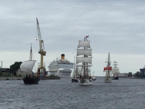 クルーズから帰港する帆船 (2)