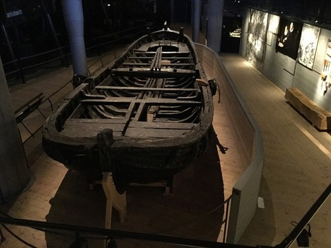 引き上げられたロングボート