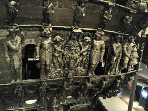 船尾飾り中央部 「わら束」はスエーデン語で船名のVASAX