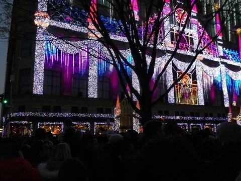 感謝祭夜のニューヨークのデパートの電飾