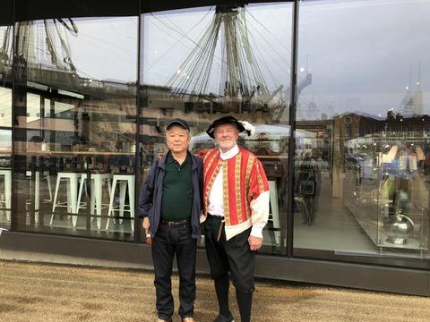 博物館の前で館員と記念撮影
