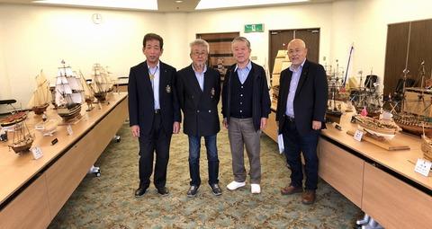 左から青山副会長、酒井会長、筆者、市川会員