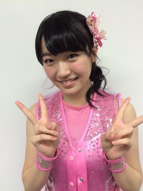 ピンクの衣装を着てピースサインをする前島亜美の画像♪