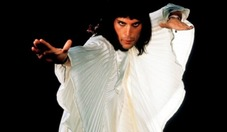 Freddie-Mercury-in-Zandra-Rhodes-by-Mick-Rock-in-1974--665x385