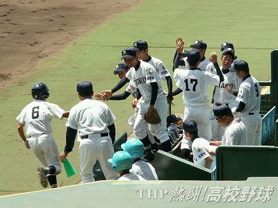 開幕戦、先制ホームを踏んだ井手を迎える佐賀北ナイン(2007.8.8)
