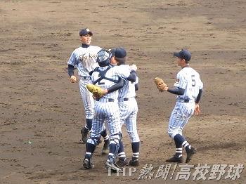 優勝を決め、抱き合う東海大相模の近藤と佐藤のバッテリーら(2011.4.3)