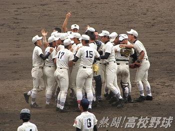 優勝を決め、歓喜の輪を作る日大三ナイン(2011.8.20)