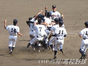 優勝を決め、マウンドで歓喜の輪を作る興南ナイン(2010.8.21)