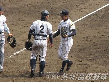 決勝進出を決めた九州国際大付の高城(左)と三好(2011.4.2)