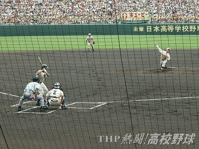 決勝戦、第1球を投じる早稲田実・斎藤。これが激闘の始まり…(2006.8.20)