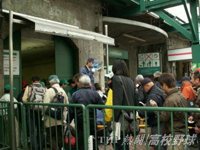 開門と同時にどんどん入場する観客(2007.4.2)