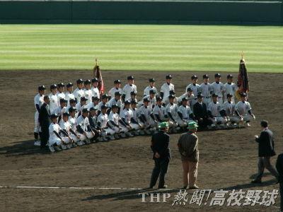 熱戦を終え、記念撮影に納まる両チームのナインたち(2007.4.3)