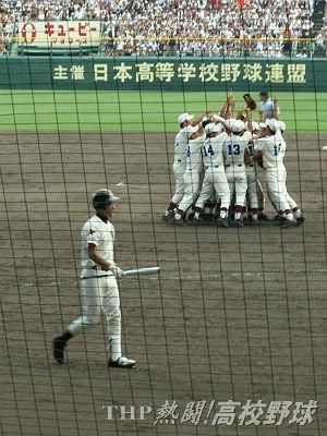 歓喜の早稲田実ナイン、最後のバッターとなった駒大苫小牧・田中(2006.8.21)