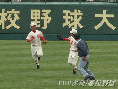 大ファインプレーをして笑顔の智弁和歌山・田甫(左)(2008.3.30)