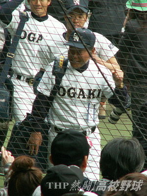 引き揚げ時に、観客に笑顔で応える大垣日大・阪口監督(2007.4.2)