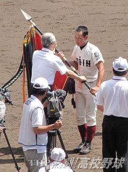 深紅の大優勝旗を授与される大阪桐蔭・水本主将(2012.8.23)