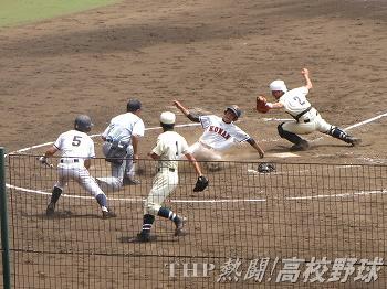 5回、タッチをかいくぐってホームインする興南・大城(2010.8.20)