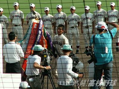 深紅の優勝旗は早稲田実・後藤主将の手に(2006.8.21)
