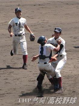 優勝を決めて抱き合う大阪桐蔭の藤浪(右)と森(2012.8.23)