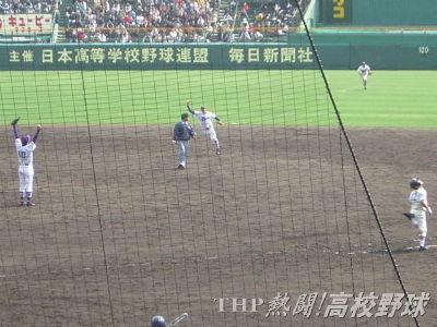 2年連続の決勝進出を決め、喜ぶ十亀ら愛工大名電ナイン(2005.4.3)