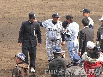 東海大相模・門馬監督と挨拶を交わす若生監督(左から2人目)(2011.4.3)