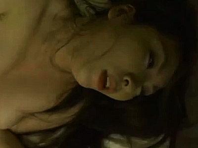子宮を突かれ過ぎて完全に精神破壊…白目剥いて失神寸前の熟女が強烈!