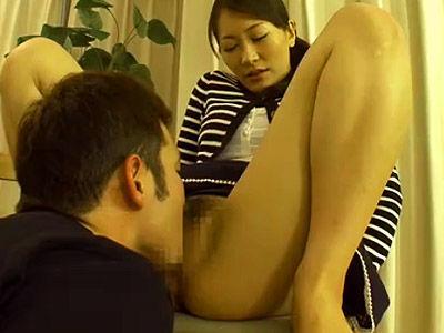 目の前にチンポがあれば理由はいらない…吸い寄せられる熟女の自宅不倫!