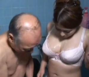 巨乳熟女が剛倫のドスケベ爺と濃厚なナマハメ膣だしセックス
