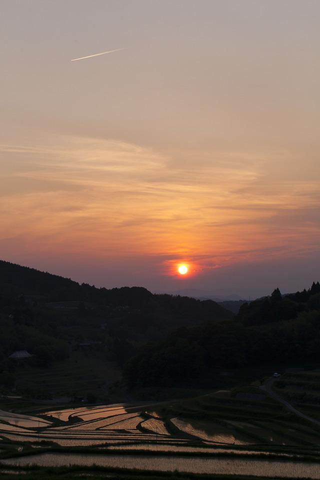 棚田と夕日、そして飛行機雲_4862