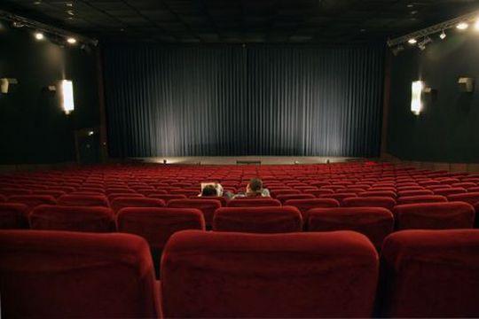 映画館へ行かない若者