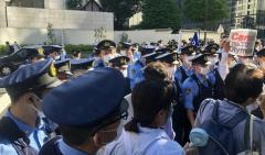 バッハ会長ホテル前 警察約50人VS東京五輪反対派 またも大バトルが勃発!