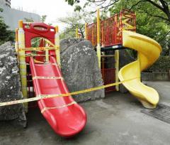 「面白いと思って…」公園の滑り台や水飲み場に接着剤まいた高校生5人を逮捕 東京