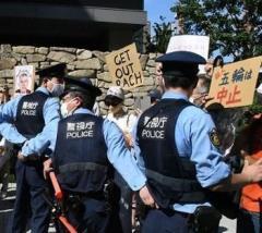 バッハの宿泊先で「帰れ」と叫ぶ 総督閣下に近づけさせまいと必死の警察