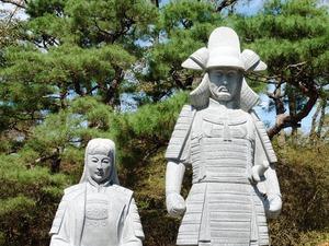 真田信之と小松姫の石像 (2)