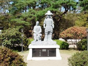 真田信之と小松姫の石像 (1)